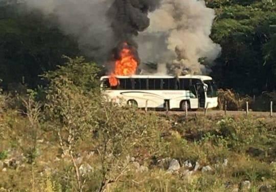 Comando armado causó destrozos en Coalcomán, Michoacán