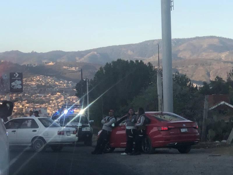 Clausuran gasolinera y el dueño con sus empleados bloquearon la carretera
