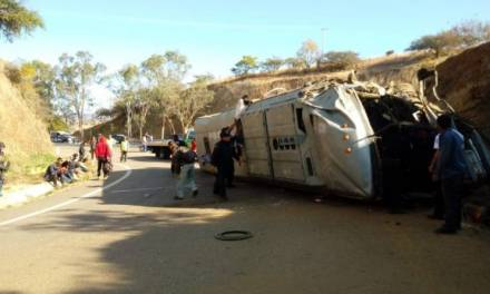 Volcadura de autobús en Oaxaca deja dos muertos y al menos 30 heridos
