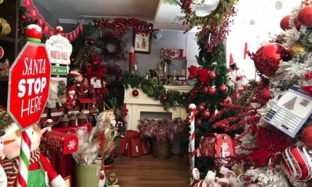 Ciudadanos reutilizan adornos navideños para evitar mayores gastos