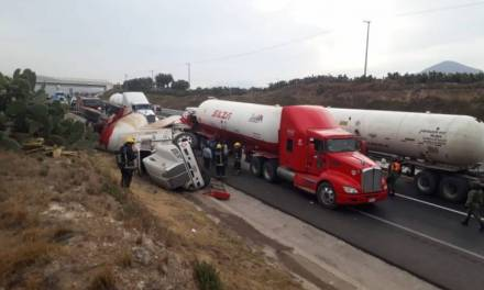 Pipa vuelca en la México-Tuxpan