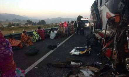 Autobús de peregrinos choca contra un tráiler, hay muertos y heridos