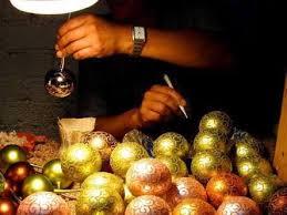 Las esferas artesanales a punto de extinguirse debido a los productos chinos