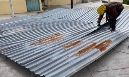 Vientos desprenden parte de techo de lámina de una escuela de Tulancingo