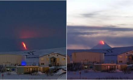 Emiten alerta roja por erupción de volcán en Alaska