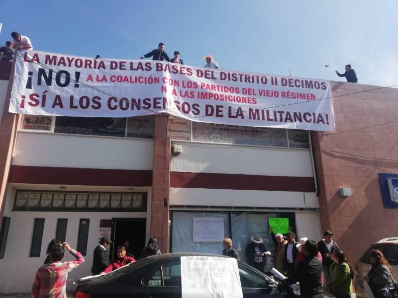 Militantes de Morena protestan por posibles alianzas con otros partidos políticos