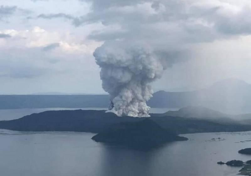 Evacúan a 24 mil 500 personas por erupción de volcán en Filipinas