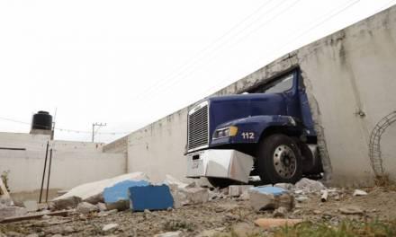 Choca tráiler contra muro en Epazoyucan, no hubo lesionados