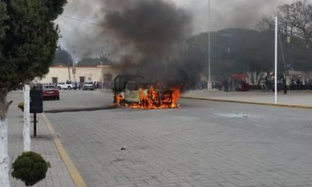 Con destrozos y quema de patrullas piden destitución de alcalde de Amozoc, Puebla