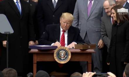 Trump firma T-MEC; sólo falta Canadá para que entre en vigor