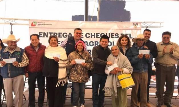 Entregan apoyos a agricultores de Tepeapulco