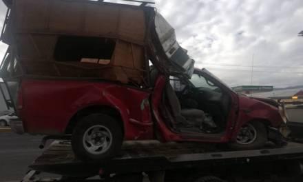 Camioneta se pasa el alto, choca y mata a peatón en Tulancingo; el chofer huyó