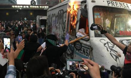 Por exhibir fotografías del cuerpo de Ingrid, mujeres incendian camioneta de «La Prensa»