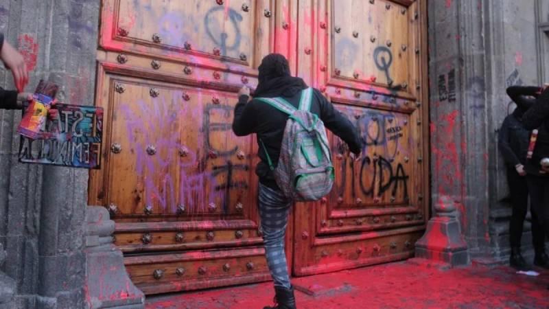 Amlo pide a feministas no pintar paredes y puertas