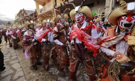 Entre cuernudos, monos y comanches se impone majestuoso el carnaval de Calnali