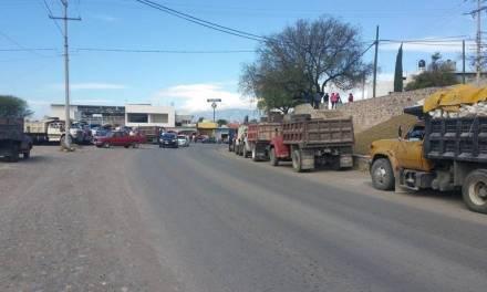 Habitantes de Zimapán molestos por manifestación de transportistas