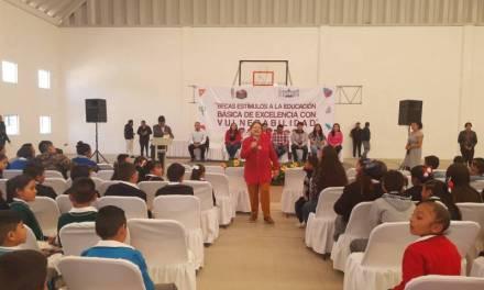 Entregan becas W-15 a estudiantes de Villa de Tezontepec