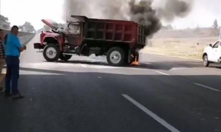 Grupos delincuenciales bloquean e incendia camiones en Celaya