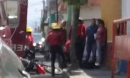 Unidades de bomberos chocan contra motocicleta