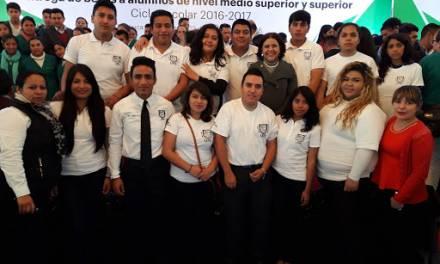 Más de 600 jóvenes de la UPE han sido becados