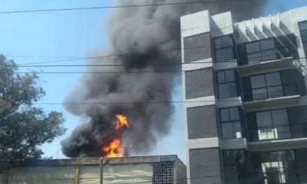 Incendio en Coyoacán consume 11 camiones
