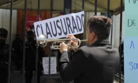Músicos se manifiestan afuera de alcaldía de Pachuca para pedir apoyos