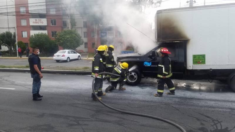Camioneta se incendia en el bulevar Felipe Ángeles
