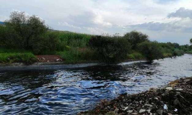 Combustible se derrama en canal y afecta a varios municipios