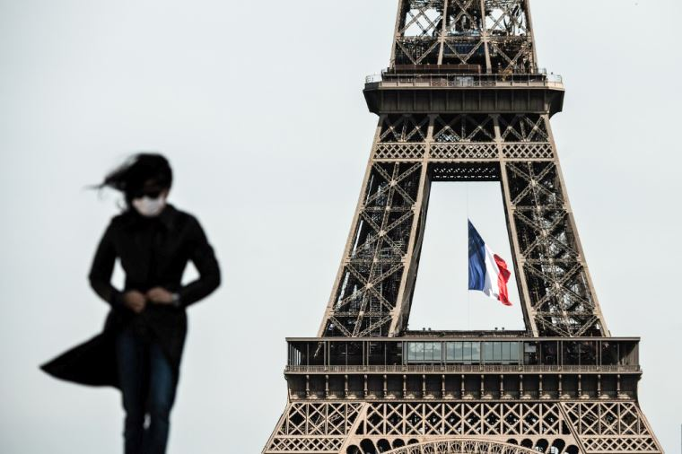 Decretan toque de queda en Francia