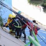 Cae vehículo a canal de agua luego de ser embestido