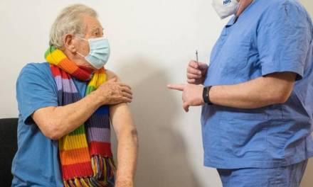 Ian McKellen recibió la vacuna contra el Covid-19