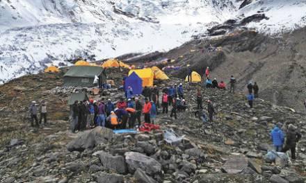 12 muertos y  150 desparecidos al desprenderse glaciar en el Himalaya