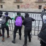 Encapsulan a colectivo feminista que intentaba llegar a Palacio Nacional