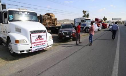 Transportistas protestan por alza en combustibles y cobro de casetas