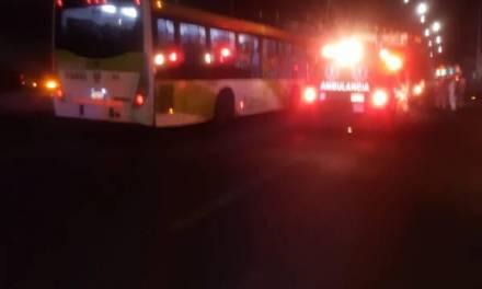 Dos lesionados en accidente entre tuzobús y vehículo particular