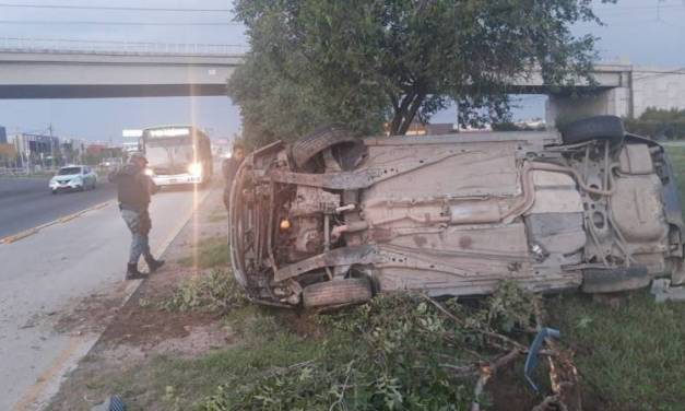 Vuelca carro sobre bulevar Felipe Ángeles