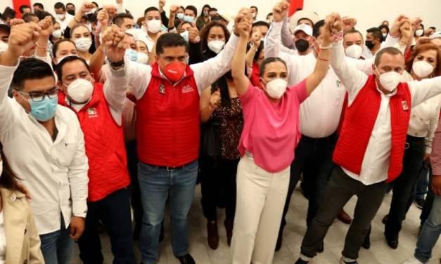 Julio Valera acompaña a Erika Rodríguez en su entrega de constancia de mayoría