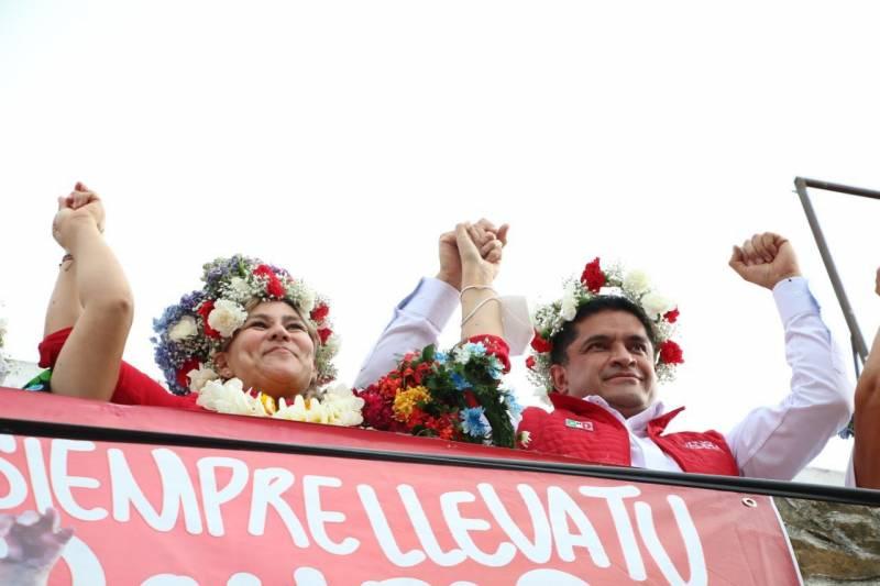 Julio Valera entrega constancia de Mayoría a Sayonara Vargas en Huejutla