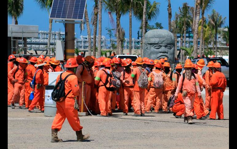 Trabajadores y antimotines se enfrentan en refinería Dos Bocas